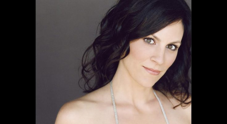 Annabeth Gish Shoe Size and Body Measurements